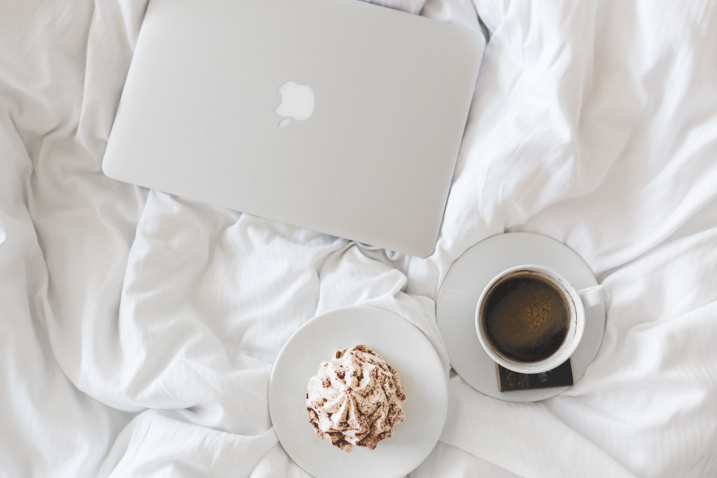 mac-white-sheets-coffee